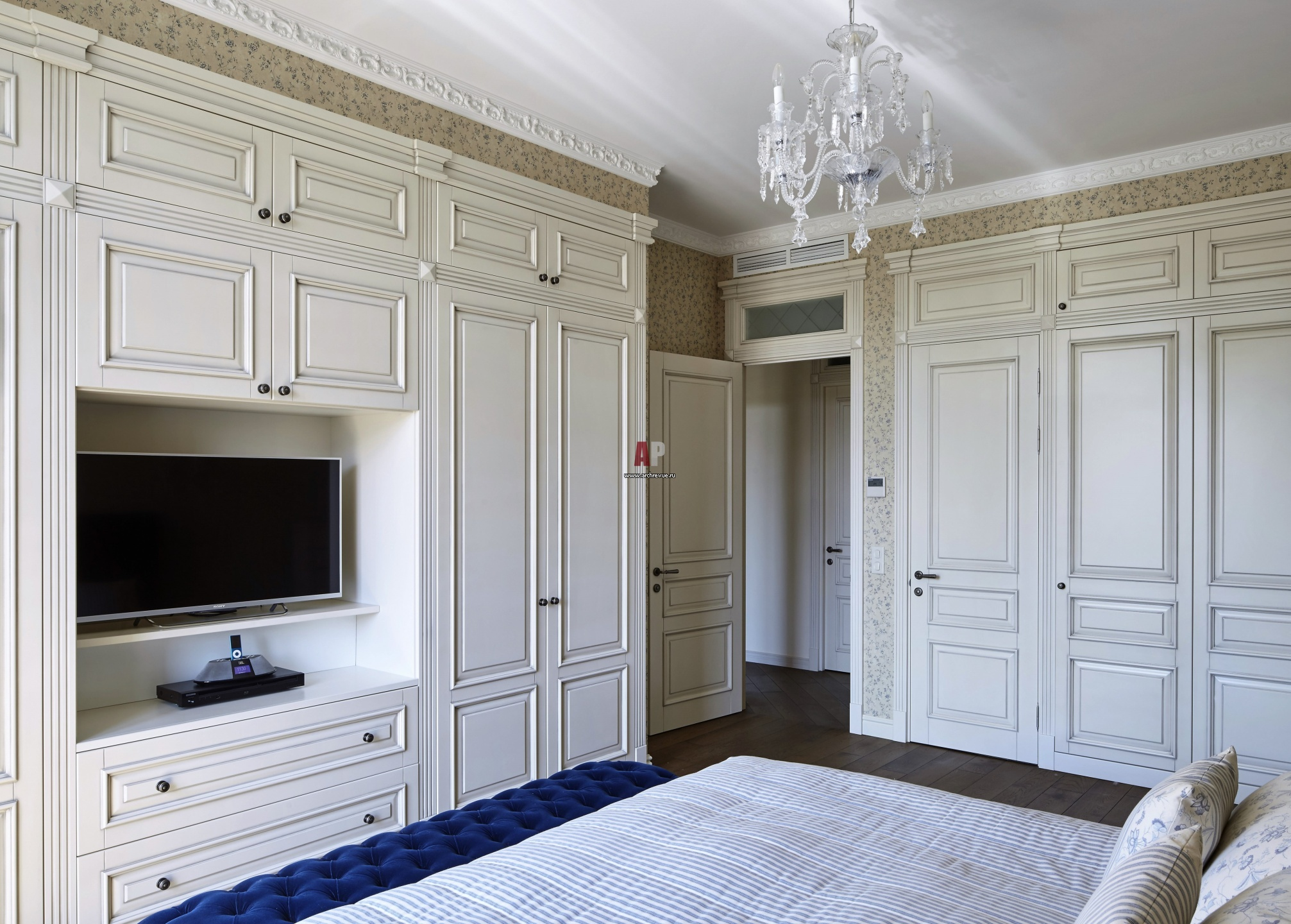 Заказать шкаф встроенный распашные двери мдф крашение белые .